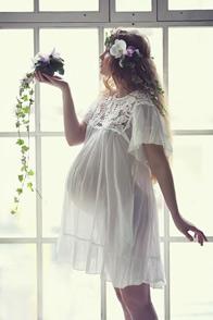 беременная возле окна