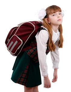 школьница со школьным портфелем