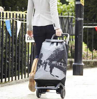 Жінка з сучасною сумкою-візком!